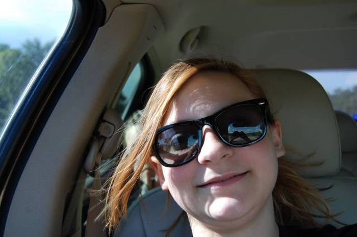 Девушка сфотографировала призрак в своем авто (3 фото)
