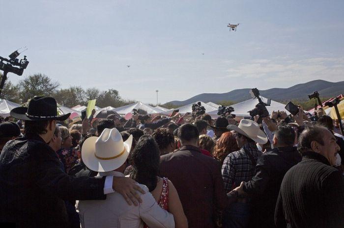 В Мексике тысячи людей пришли на 15-летие девушки (7 фото)