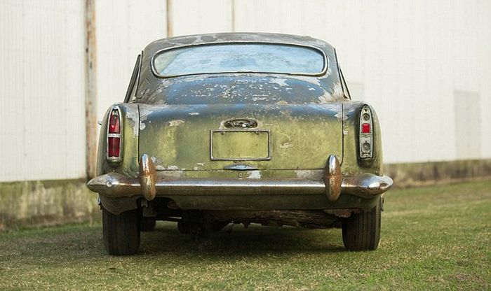 Aston Martin DB4, простоявшего 40 лет в лесу, продадут (8 фото)