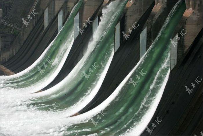 Сброс воды из дамбы (30 фото)