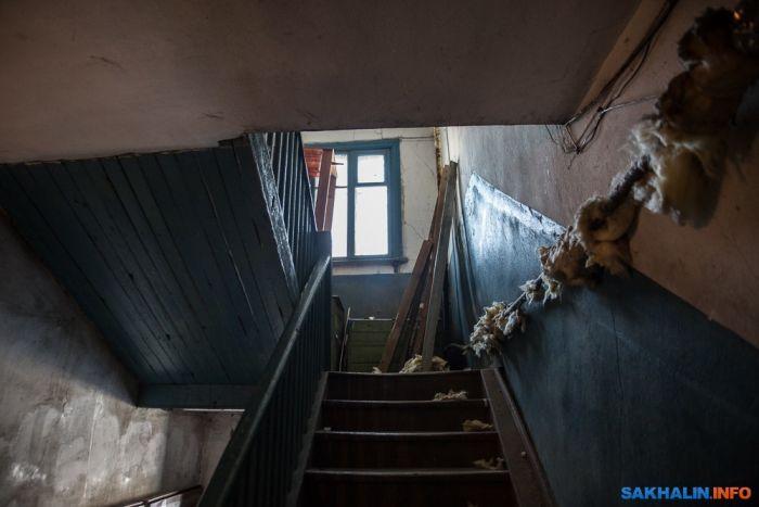 Старый барак спрятали под красивым баннером (5 фото)