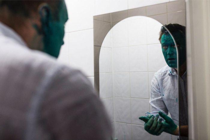 В Барнауле Алексея Навального облили зеленкой (2 фото)