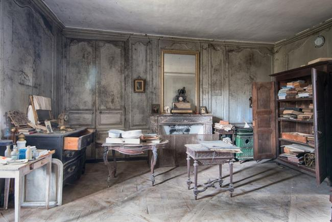 Прогулка по заброшенному дому во Франции (16 фото)