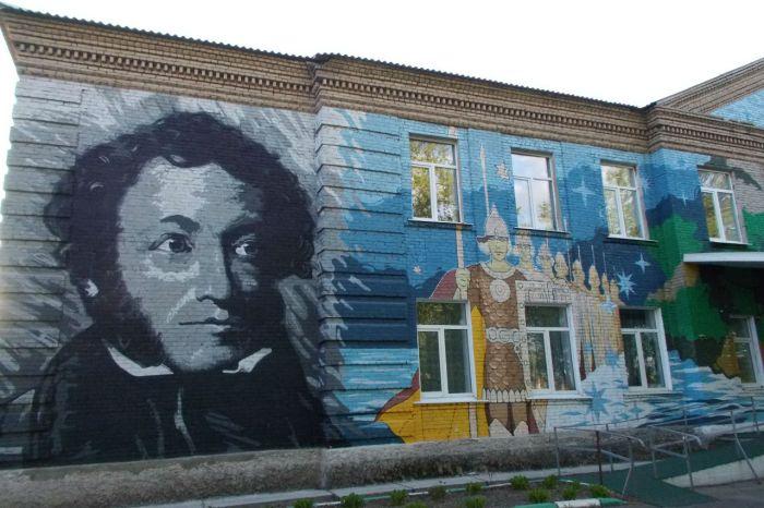 Школу расписали портретами Пушкина и Толстого (3 фото)