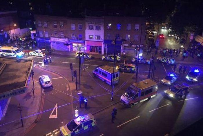 В Лондоне фургон врезался в толпу людей у мечети (16 фото)