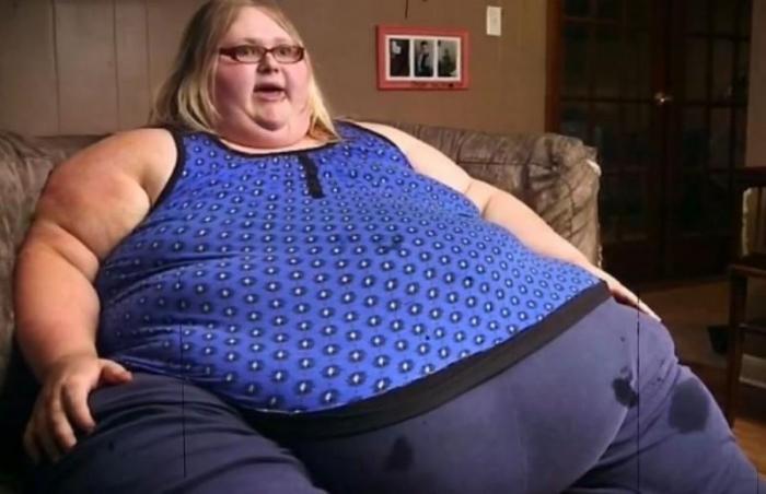 23-летняя мать двоих детей весит почти 318 килограммов и боится умереть (4 фото)