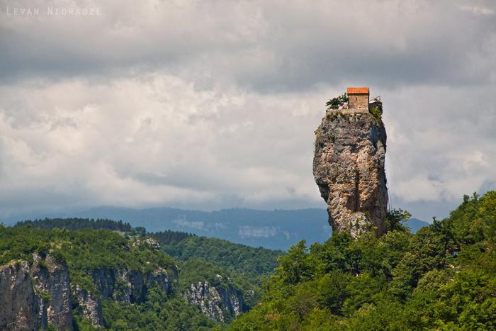 Столп Кацхи: церковь на неприступной скале в Грузии (9 фото)