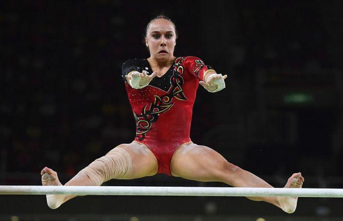 Гимнасты во время выполнения упражнений (16 фото)