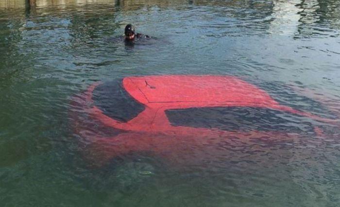 Следуя указаниям навигатора девушка оказалась в озере (3 фото)