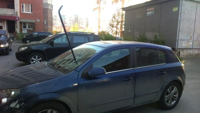 Неизвестные воткнули лом в лобовое стекло автомобиля (2 фото)