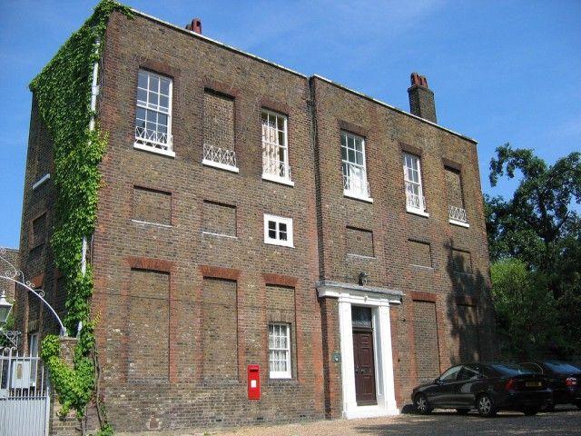 Дома с заложенными кирпичом окнами (7 фото)