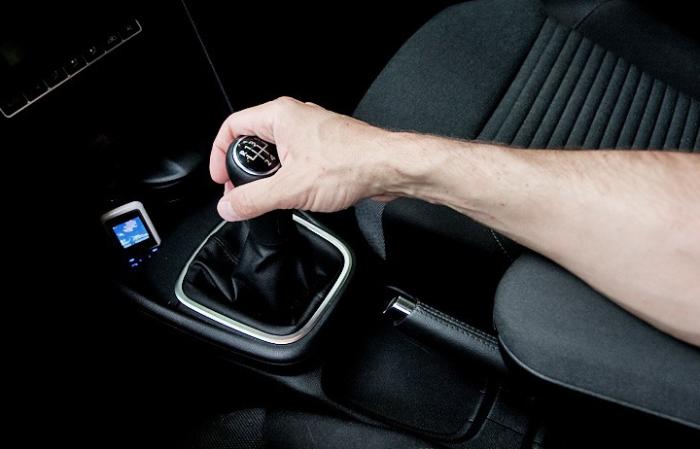 Привычки водителей, которые причиняют вред автомобилю (6 фото)