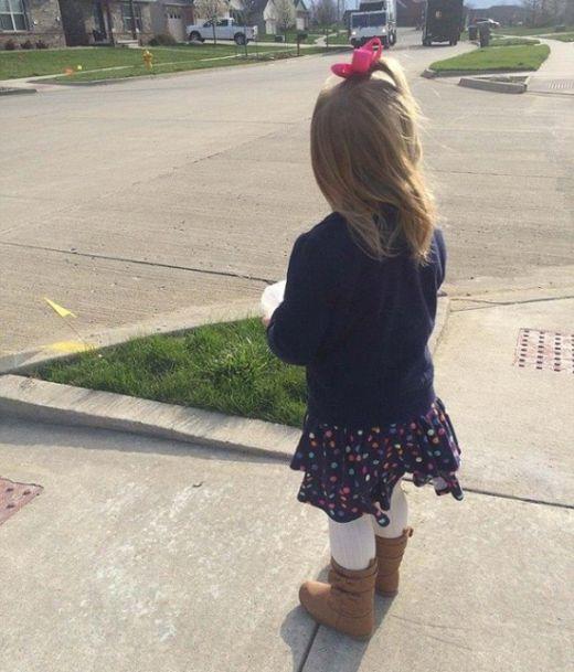 Водитель мусоровоза подружился с маленькой девочкой (3 фото)