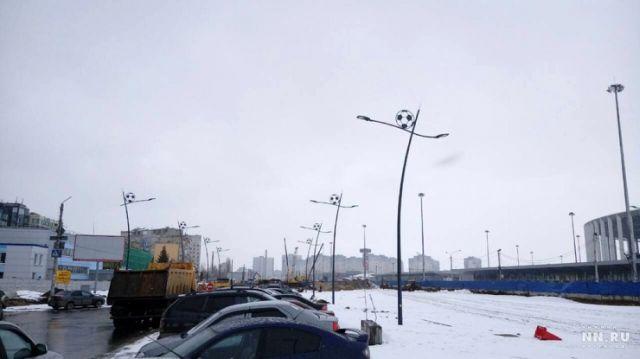 """""""Пьяные"""" фонари и тротуар в Нижнем Новгороде (2 фото)"""