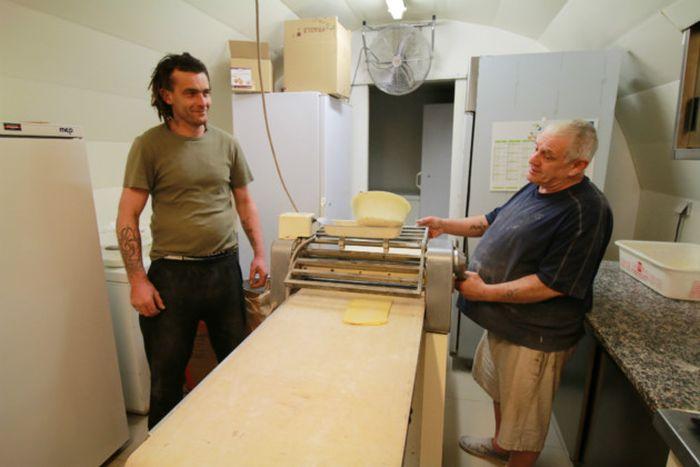 Владелец пекарне передал свое дело бездомному (11 фото)