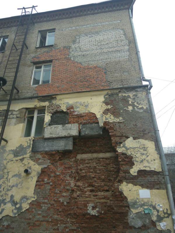 Общежитие, в котором продолжают жить люди (3 фото)