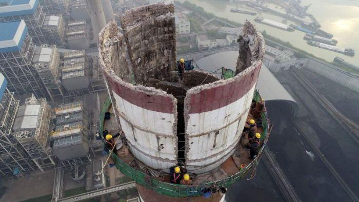 Ручная разборка 180-метровой дымовой трубы (4 фото)