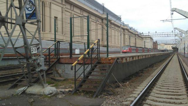 Перрон на Московском вокзале в Санкт-Петербурге (2 фото)