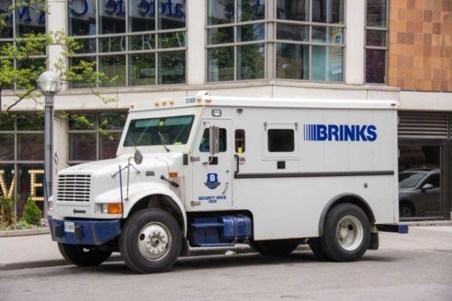 В США из инкассаторского грузовика высыпало 600 000 долларов (3 фото)