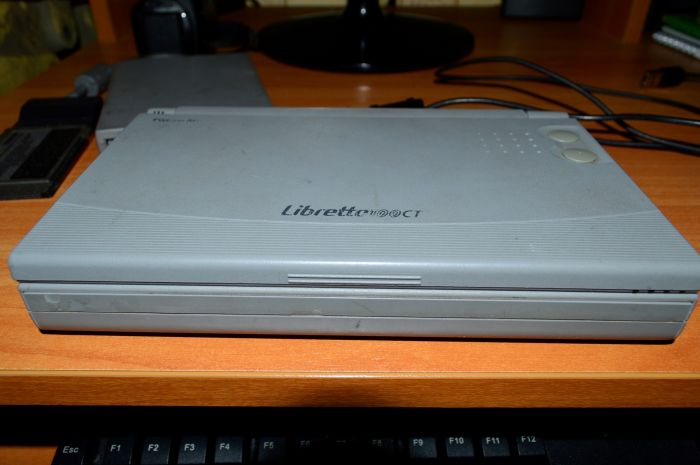 Древний ноутбук от компании Toshiba (16 фото)