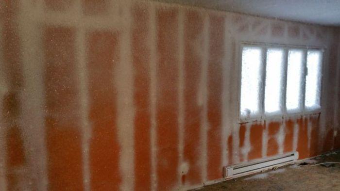 Неполадки в системе отопления превратили дом в ледяной домик (6 фото)