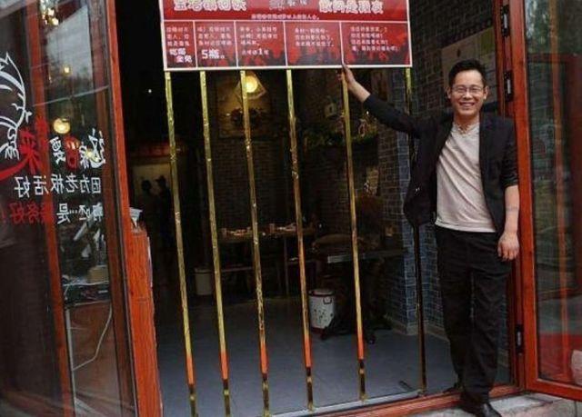 Китайский ресторан обещает бесплатно накормить худых клиентов (6 фото)