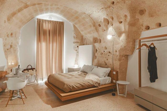Необычный отель в Италии, высеченный в скале (12 фото)