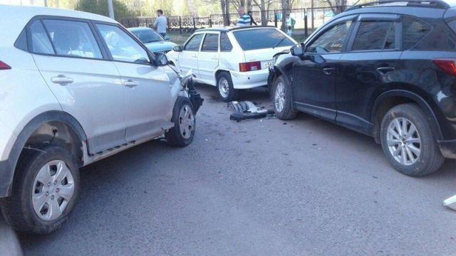 Неадекватный водитель протаранил 12 машин и сбил пешехода (7 фото)