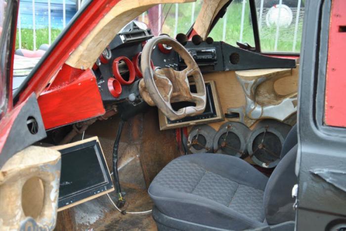 Монстр на колёсах (4 фото)