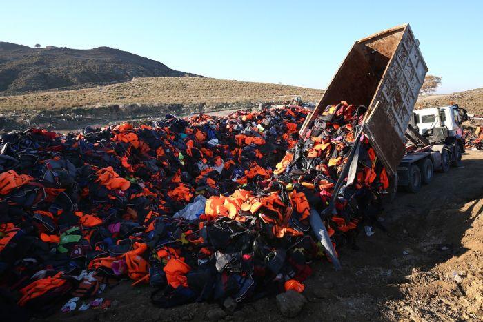 Символ мира из спасательных жилетов на острове Лесбос (7 фото)