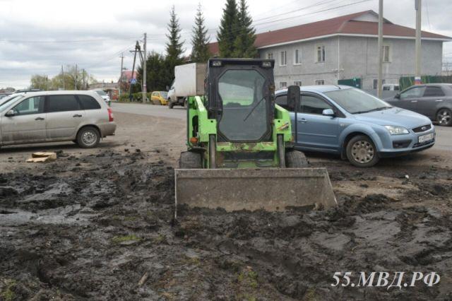 Мужчина угнал погрузчик, чтобы вытянуть автомобиль (23 фото)